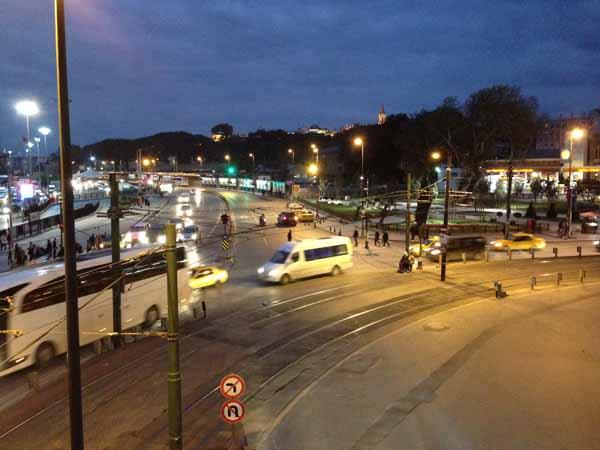 Huonoja kuvia tuli pimeellä, mutta käytiin kävelysillalla nappasemassa öisiä liikennekuvia.