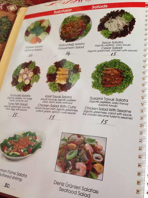 Ruokalistaa oli pakko kuvata, niin kauniita salaattiannoksia. ;)