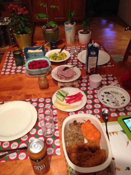 Muistin yhden kuvan ottaa joulupöydästäkin. Ei mitään turhaa hienostelua koristein ja kynttilöin. :D Laitoin mää kyllä puhelimesta joulumusaa vähän taustalle.
