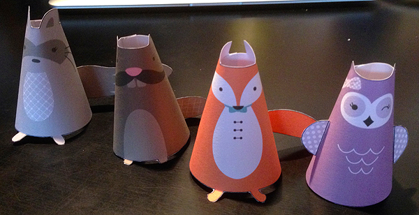 Tänään aamupäivällä näpertelin lapselle paperieläimiä, joilla sitten leikittiinkin jonkun aikaa.