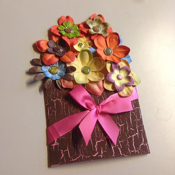Tässäkin kräkkäsin! :D Tein Jutalle synttäriyllätykseksi kukkalähetyksen, joka on helppo postittaa ja säilyykin lakastumatta. Tästä tuli kyllä yksi kaikkien aikojen lempparikortistani!