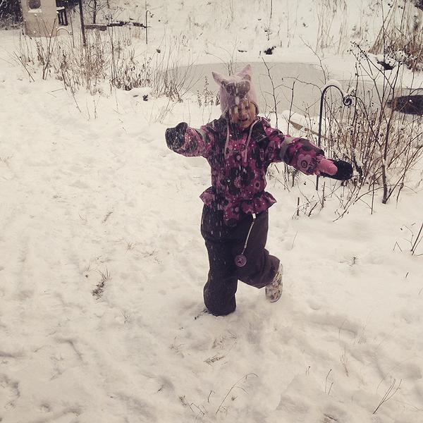 Tytsi nauttii lumesta :)