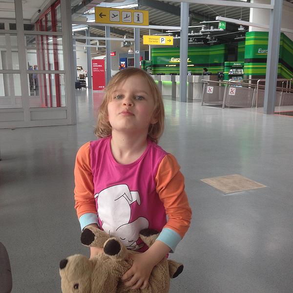 Vuokra-automestassa Kukkis pelleili Laikku-koiransa kanssa.