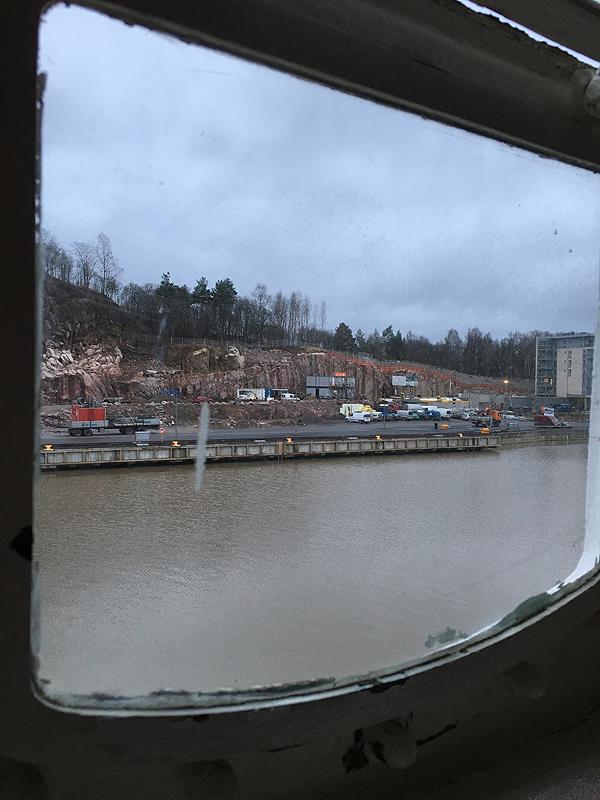 Ikkunasta näkyi kerrostalotyömaa.