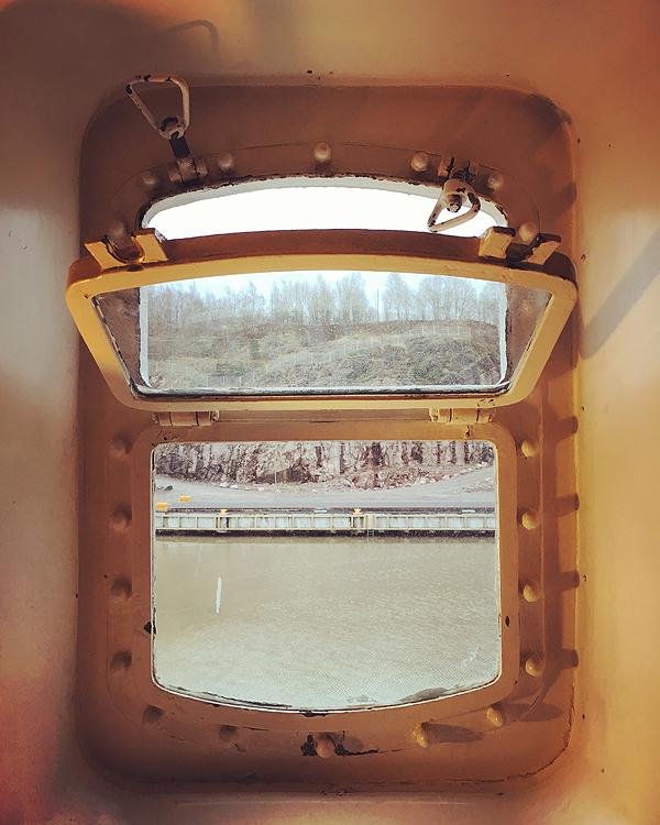 Ihana ikkuna, kotonakin vois olla tällainen. Se on sitten eri asia, sopisko tällainen mihinkään taloon. :D