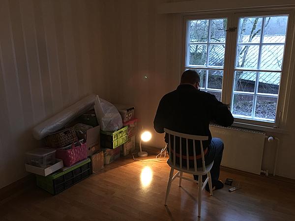 Ukkeli väkersi tässä makkarin lamppuun pistoketta sokeripalan tilalle. Tuolla seinän vieressä on jo mun askarteluromppeita ja muuta odottamassa loppusijoitusta.
