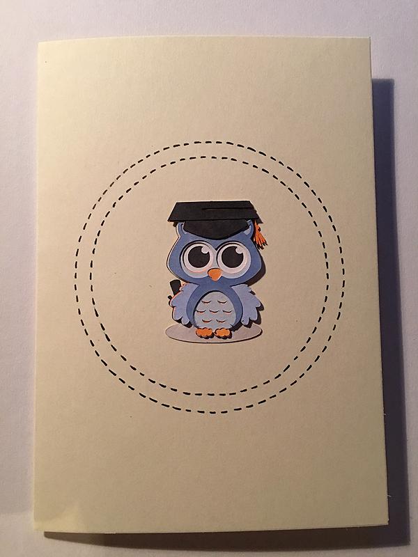 Pöllö sai vielä korttipohjassa ympärillään ympyrät lasinalusen ja puuterirasian avulla piirrettynä. :D