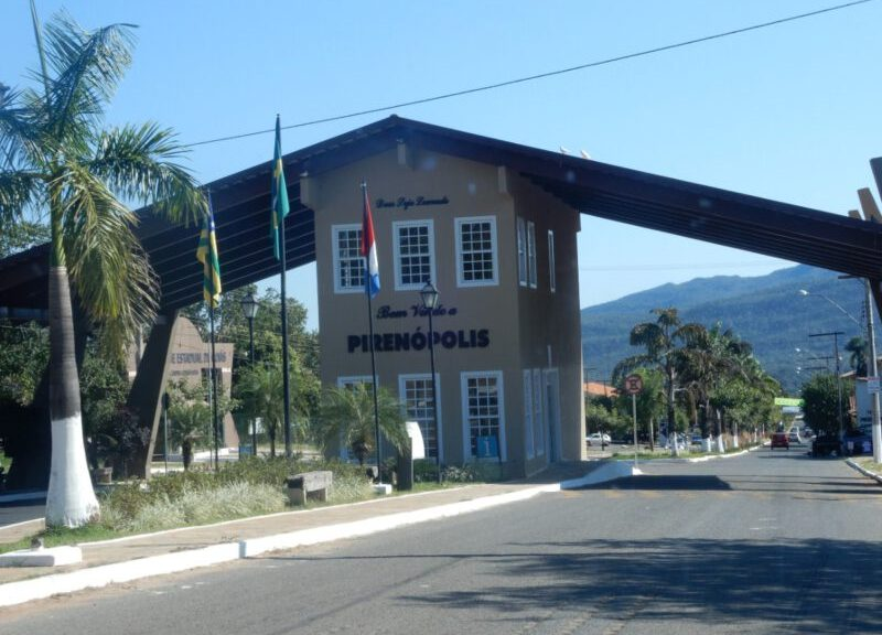Foto van de poort bij de ingang van het oude centrum van Pirenópolis in Brazilië
