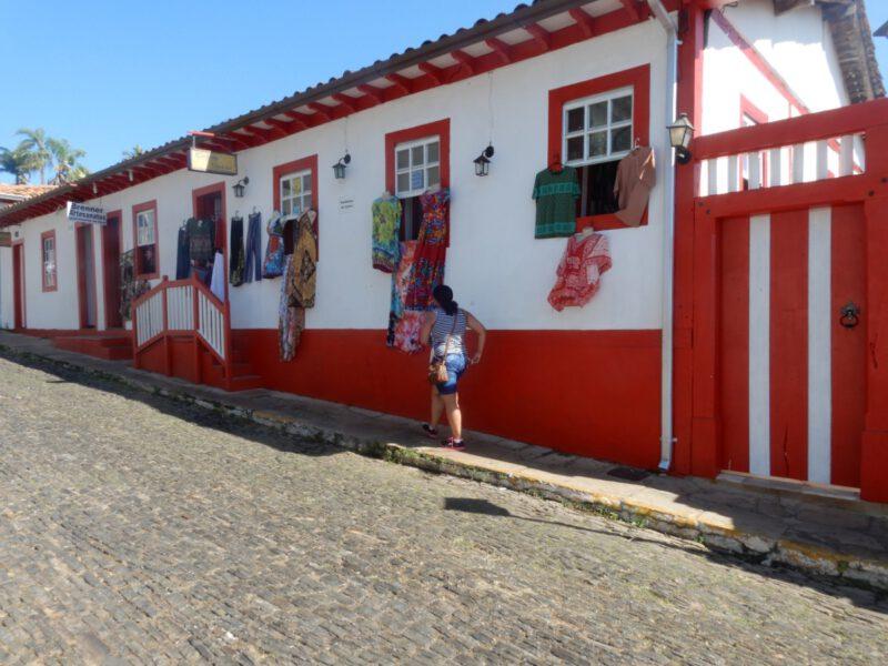 Foto van rood witte huisjes in het plaatsje Pirenópolis Brazilië