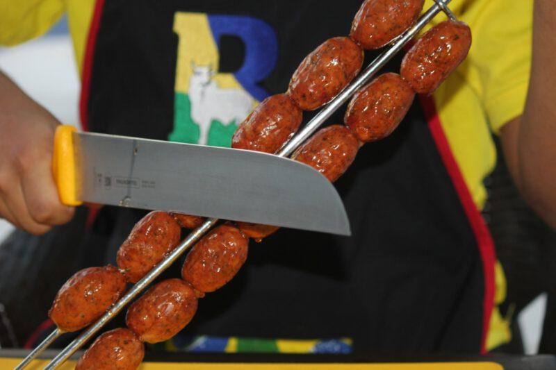 Vlees wordt gesneden vanaf een vleesspies