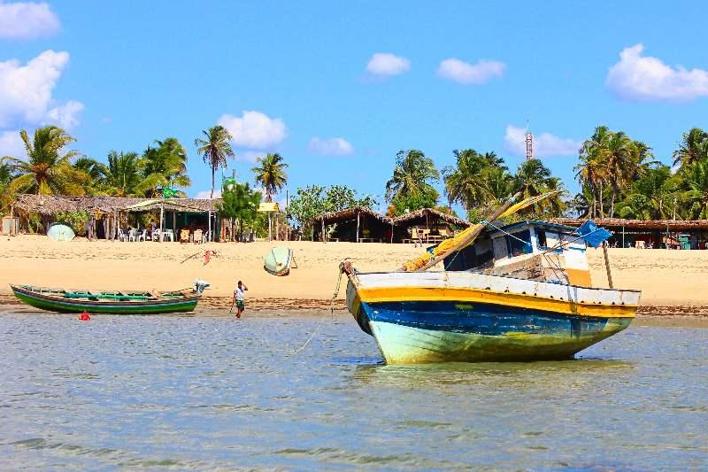Vissersboot met op de achtergrond het strand van Barra Grande