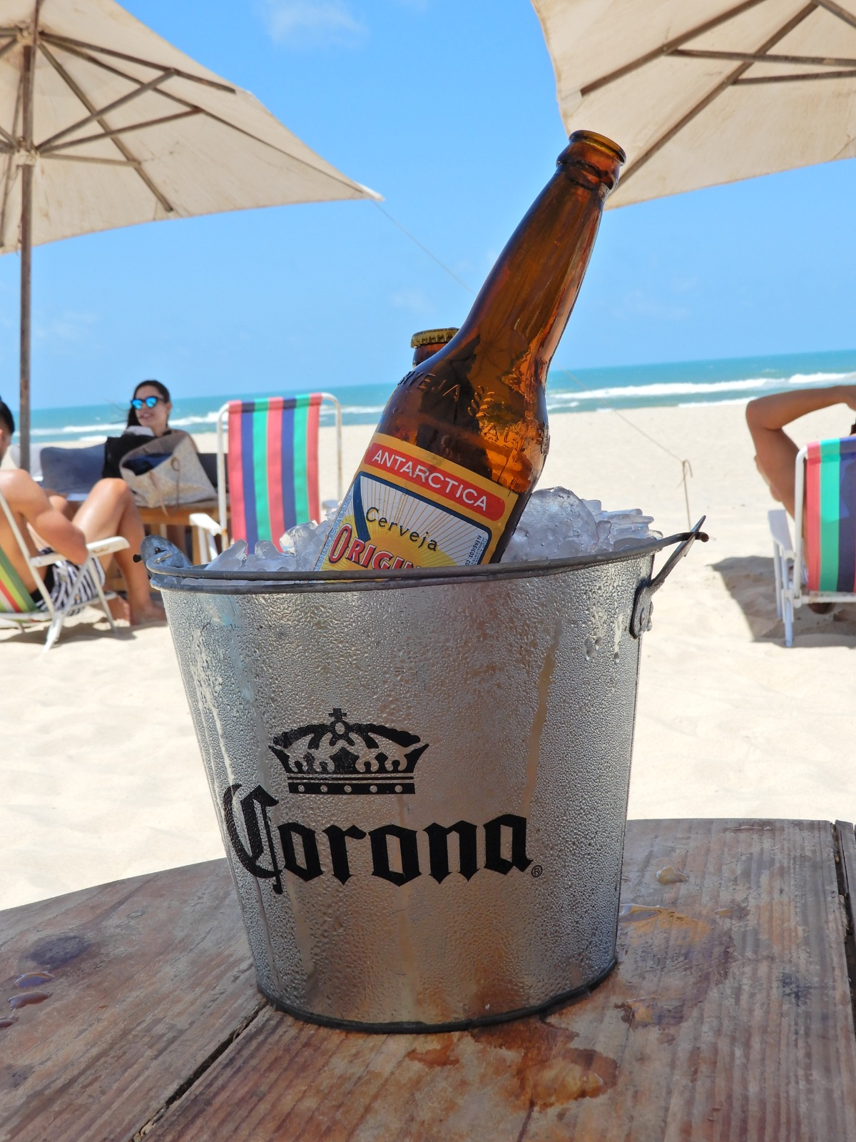 Emmer met ijs en bier aan het strand van Fortaleza
