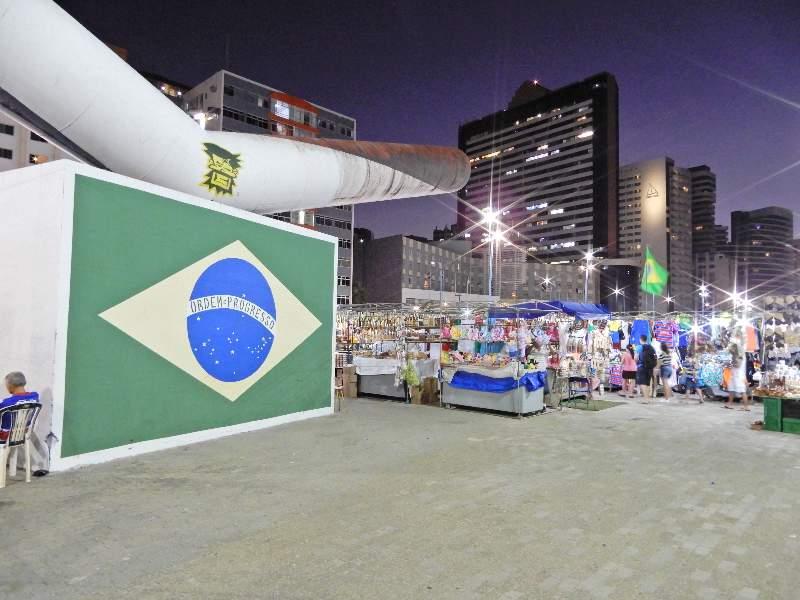 Feira Beira Mar met kraampjes en Braziliaanse vlag
