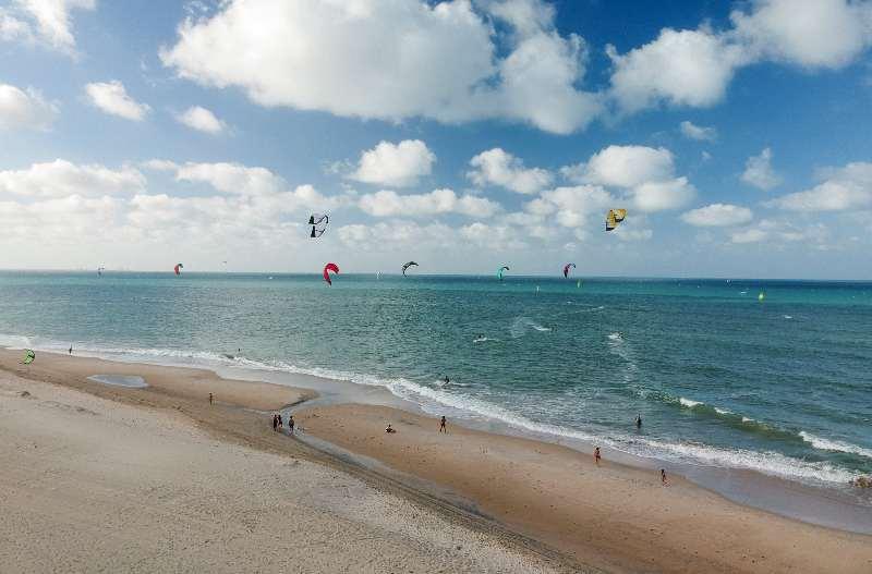 Kitesurfen langs het strand van Cumbuco