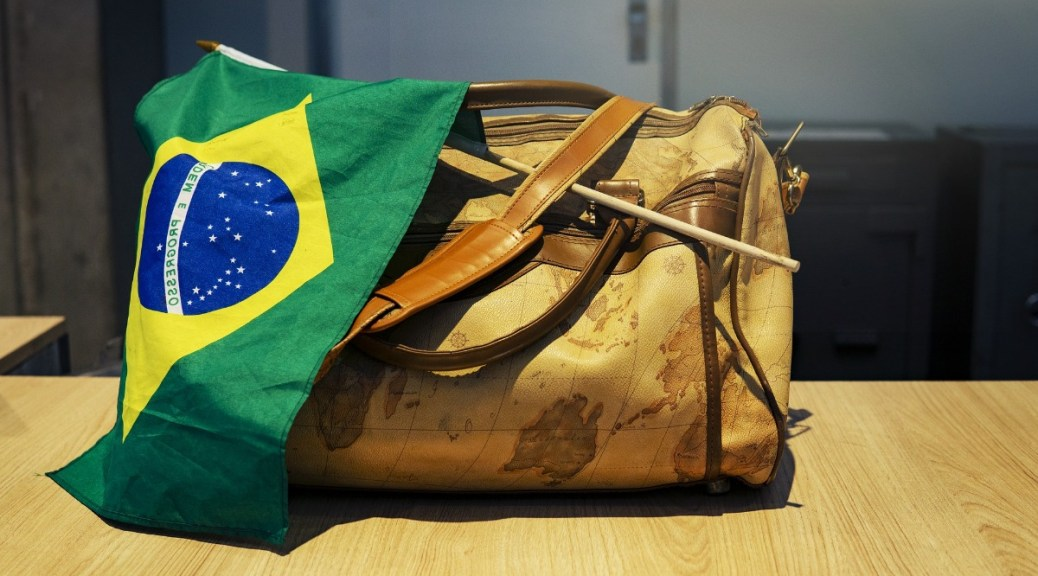 Foto van een reistas met een Braziliaanse vlag