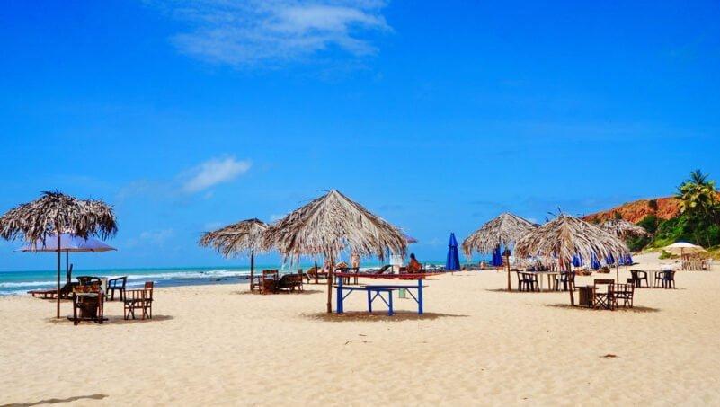 Prachtige stranden in Pipa met blauwe zee en parasols