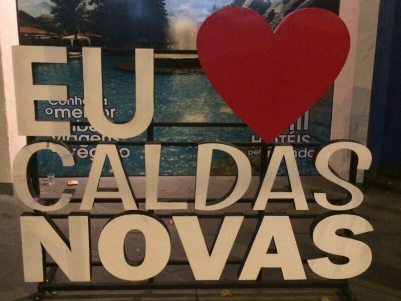 In het centrum van Caldas Novas staat een bord met de tekst Eu Amo Caldas Novas