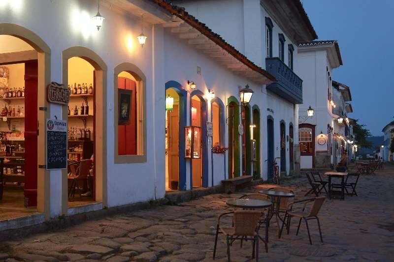 Paraty-Rio de Janeiro-Straat met winkels in het oude centrum van Paraty