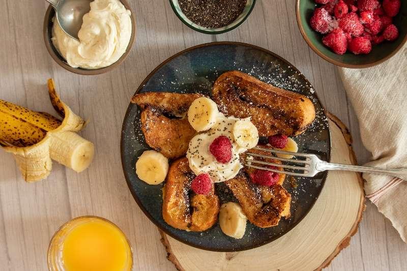 Braziliaanse Rabanadas gepresenteerd op een bord met vers fruit