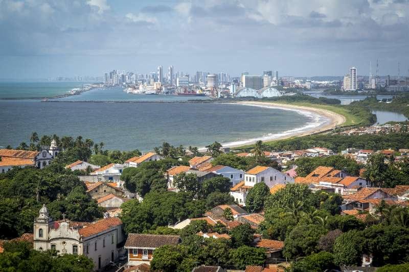 Olinda met op de achtergrond de stad Recife in de Braziliaanse deelstaat Pernambuco