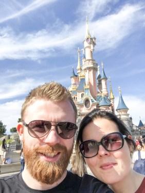 selfie met vriend bij kasteel disneyland parijs