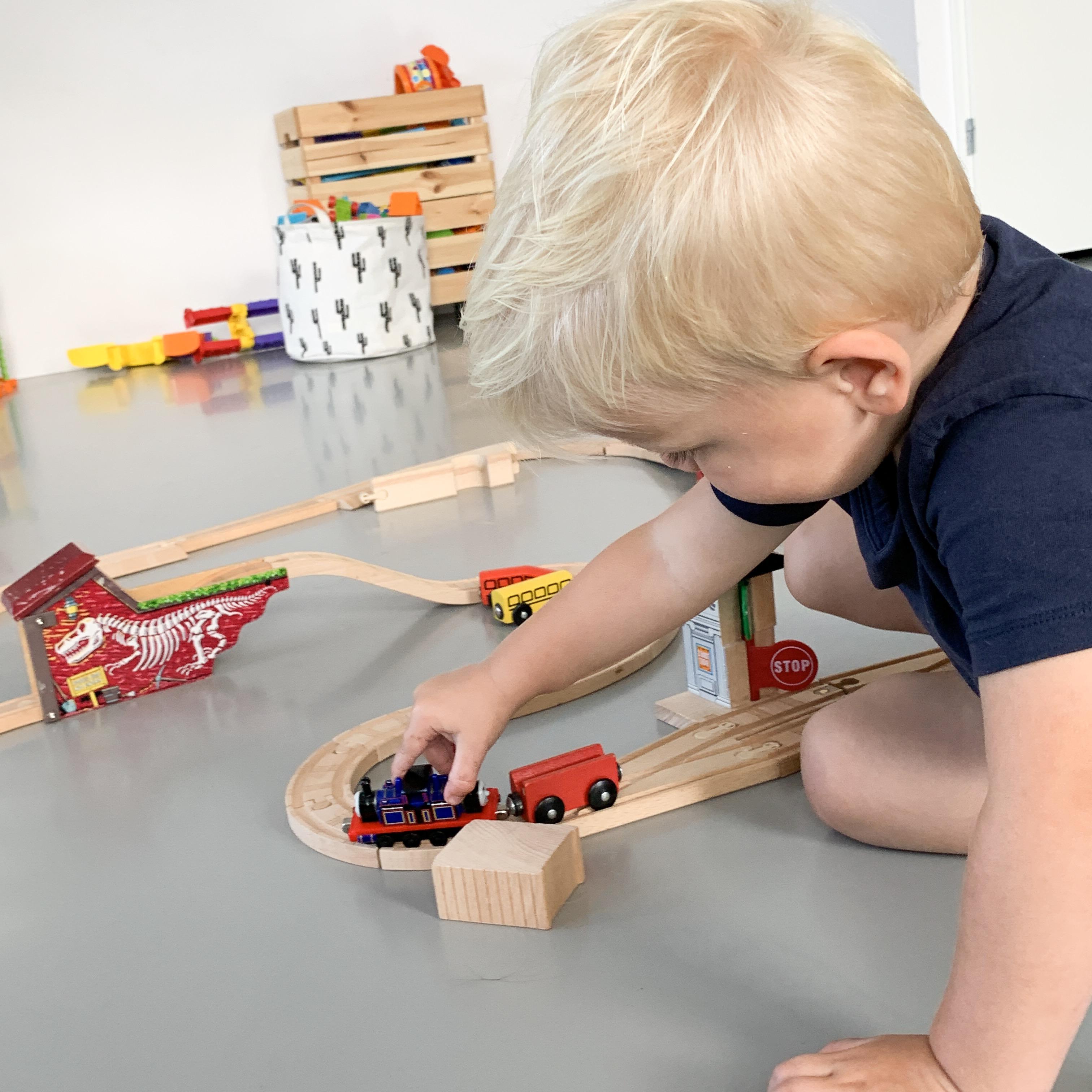 Kaeden speel met zijn treintjes
