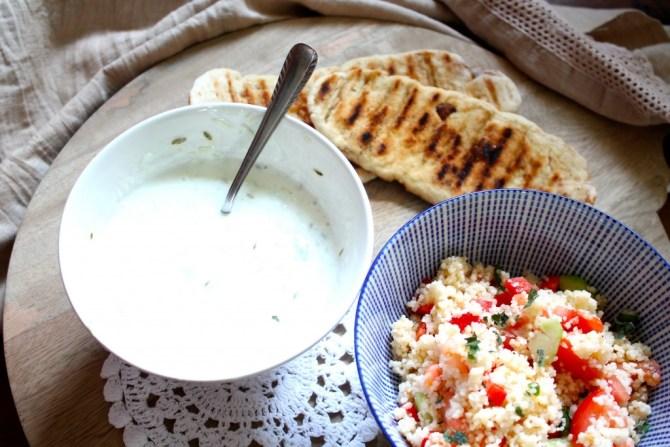 Couscous salade met naanbroodjes en yoghurtdip.