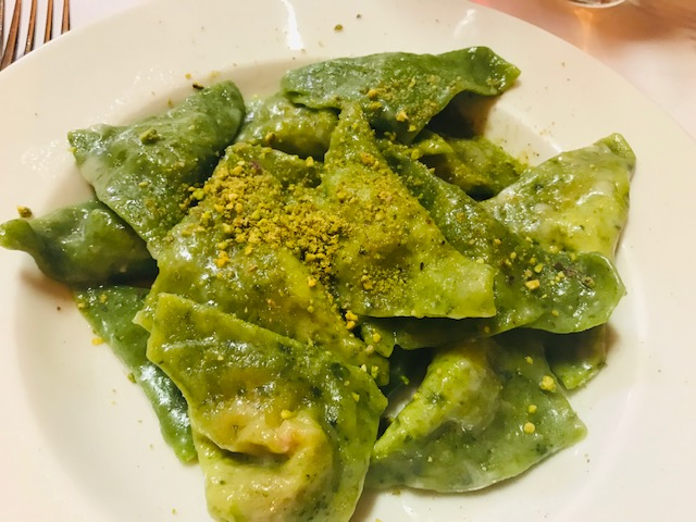 Groene gevulde deegkussentjes uit Bologna.