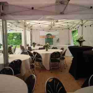 tenten met tafels en stoelen en houten vloer