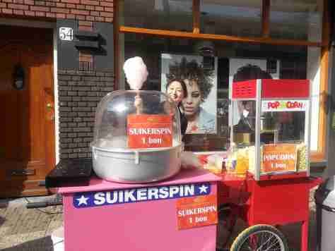 popcorn en suikerspin op koningsdag in de hoytemastraat den haag