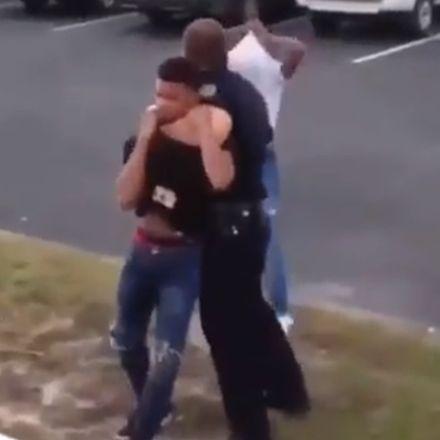 Politieagent schakelt verdachte uit met stevige tackle