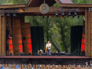 Veteran Folks performer, Martin Sexton, onstage at the 2015 Lyons Folks Fest
