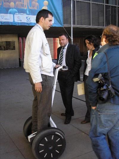 El alcalde Monteserin viendo el funcionamiento de un Segway