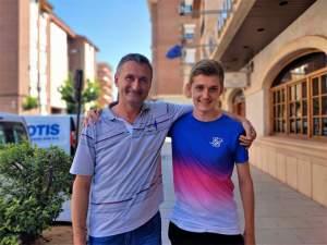 Serhiy y Alex frente a la entrada del Hotel Anibal