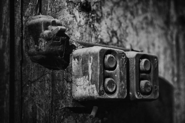 Antiguos interruptores en la salida fotografica a la fábrica abandonada