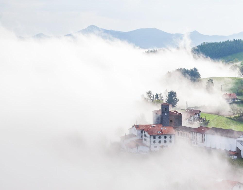 El pueblo de Alkiza (Gipuzkoa) entre la niebla