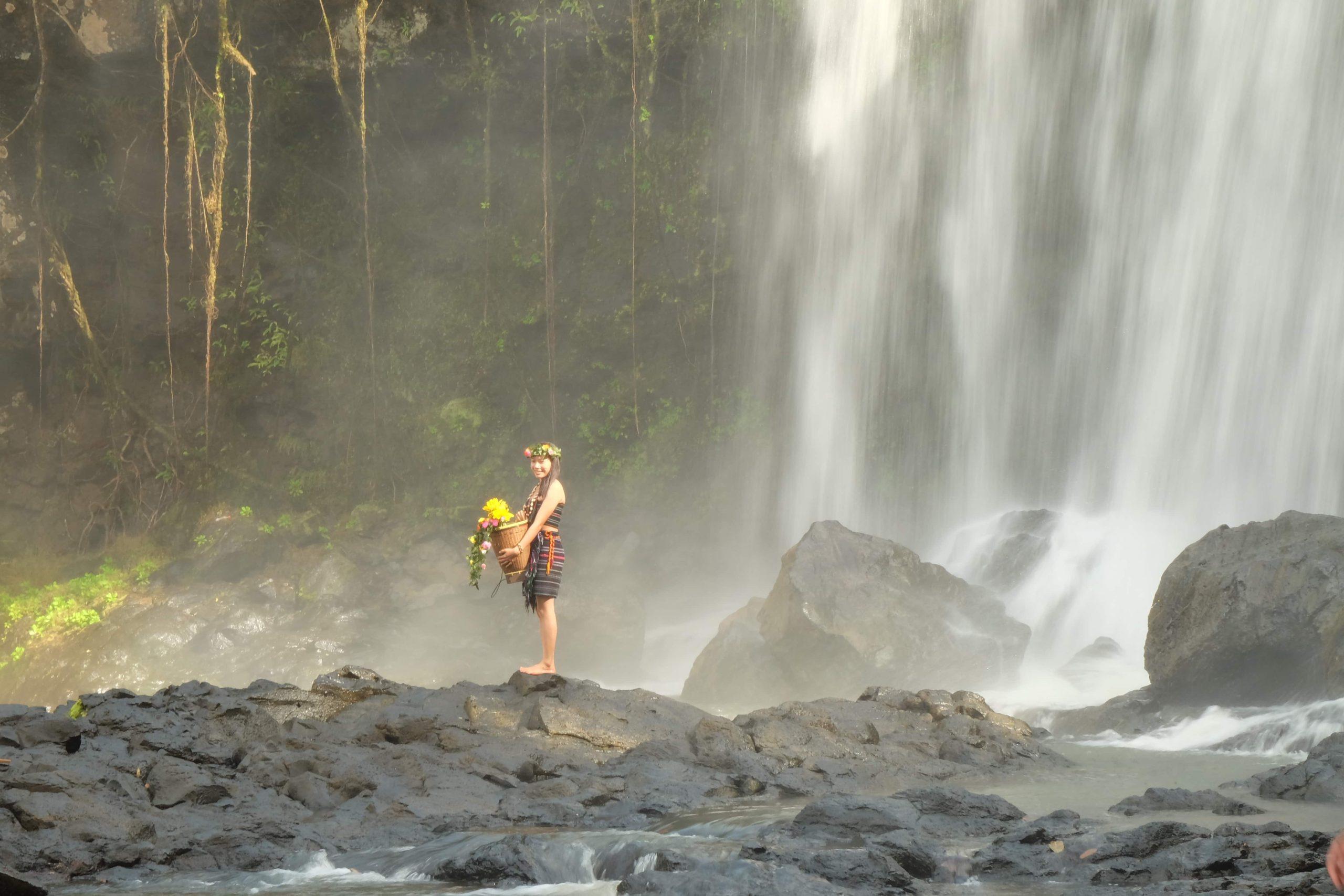 Khmérka pod vodopádem