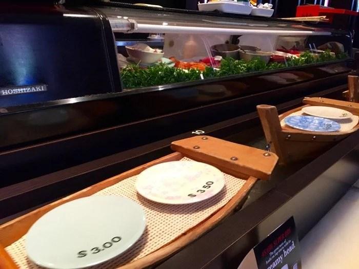 Sushi na esteira em Toronto