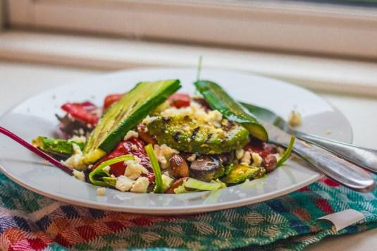 Salat med grillede avocadoer, peberfrugter og agurker samt ristede mandler og feta - Mikkel Bækgaards Madblog
