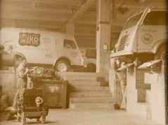 Mekanikerne holder Mikos servicevogne på gaden.