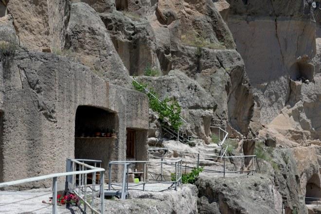 Mnisi w skalnym mieście Wardzia