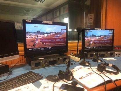Tanti i monitor nello studio dove si commentano le dirette del MXGP