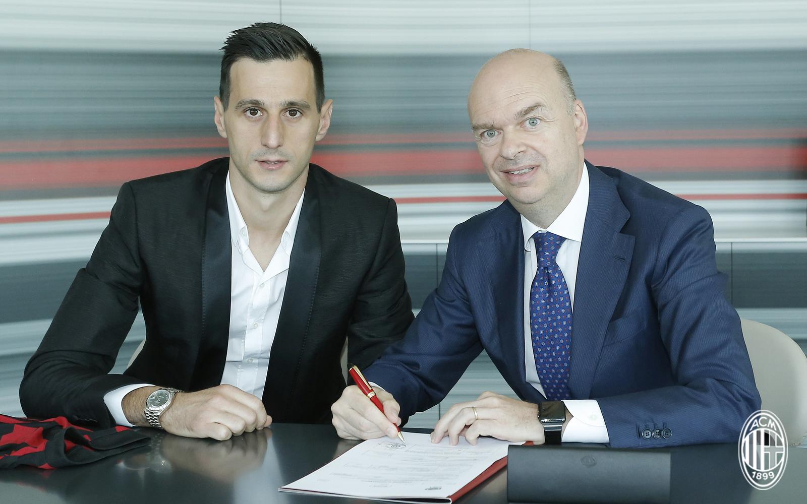 Nikola Kalinic firma il contratto che lo lega ufficialmente al Milan. Al suo fianco Marco Fassone