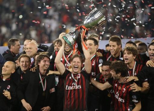 Ignazio Abate alza la Supercoppa italiana nel cielo di Doha