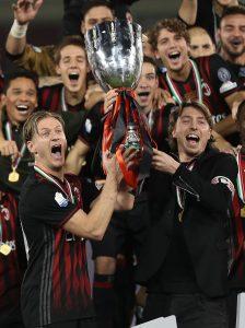 Ignazio Abate e Riccardo Montolivo alzano la Supercoppa italiana vinta a Doha sulla Juventus