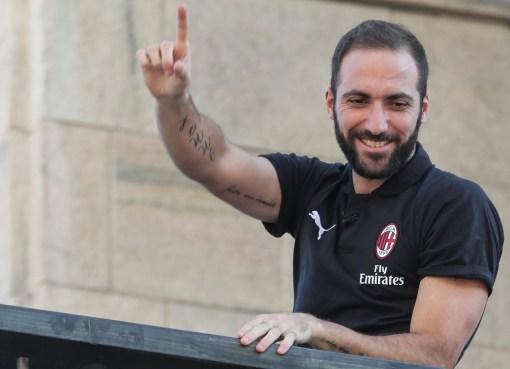 Gonzalo Higuain riceve l'affetto dei tifosi milanisti in Piazza Duomo
