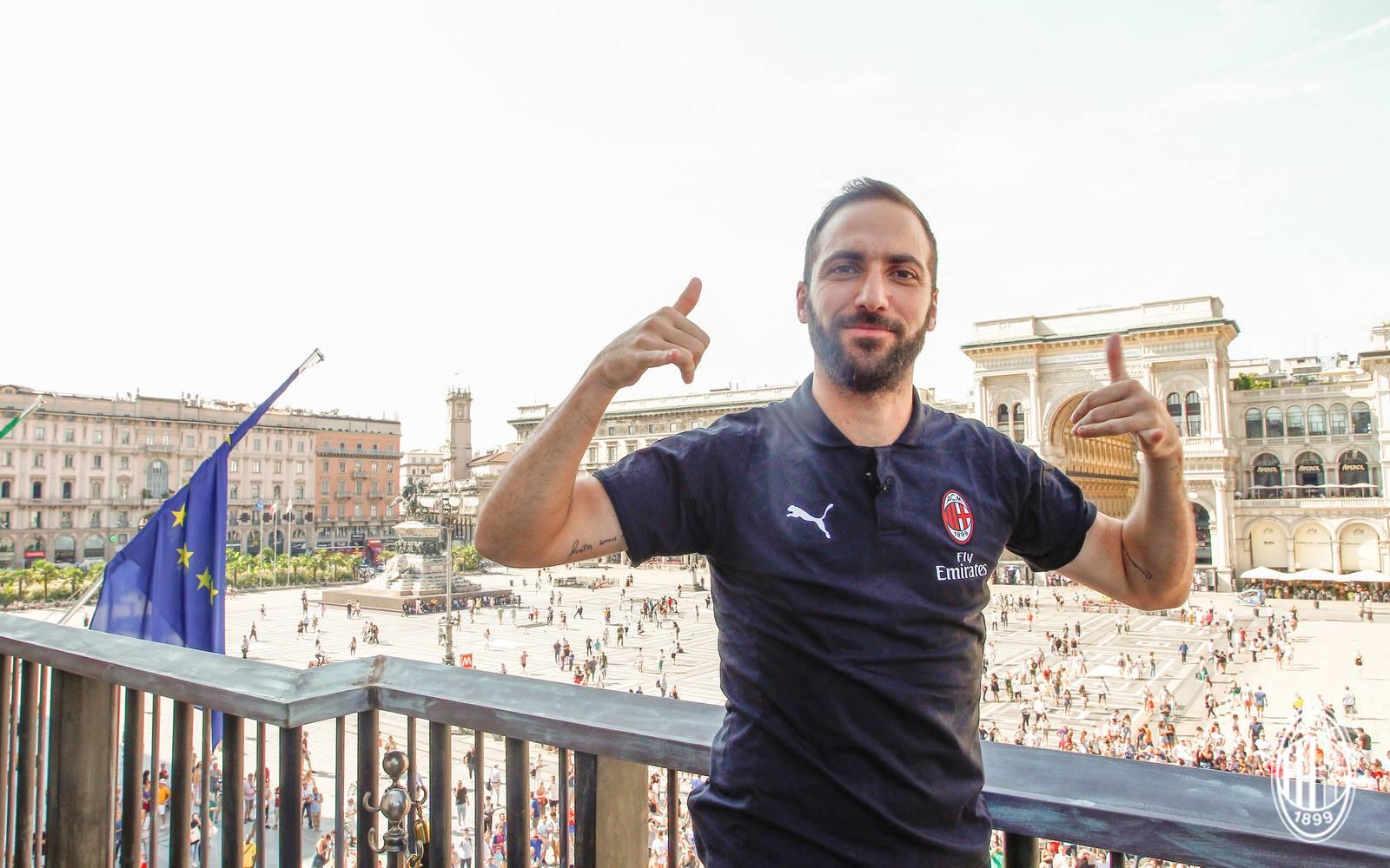 Gonzalo Higuain in Piazza Duomo