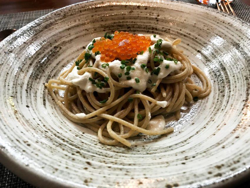 Insalata di spaghetti freddi integrali, uova di trota e mandorle