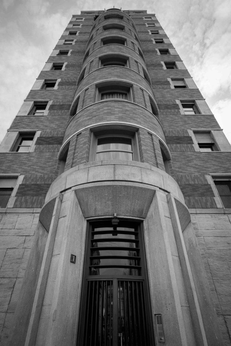"""Palazzo e Torre Rasini parte della mostra fotografica open air in via Montenapoleone """"Mi[x(xx)]ing Architecture"""""""