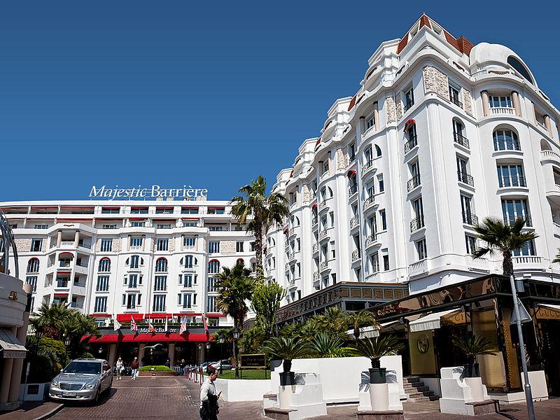 La maestosa facciata dell'Hotel Barrière Le Majestic Cannes